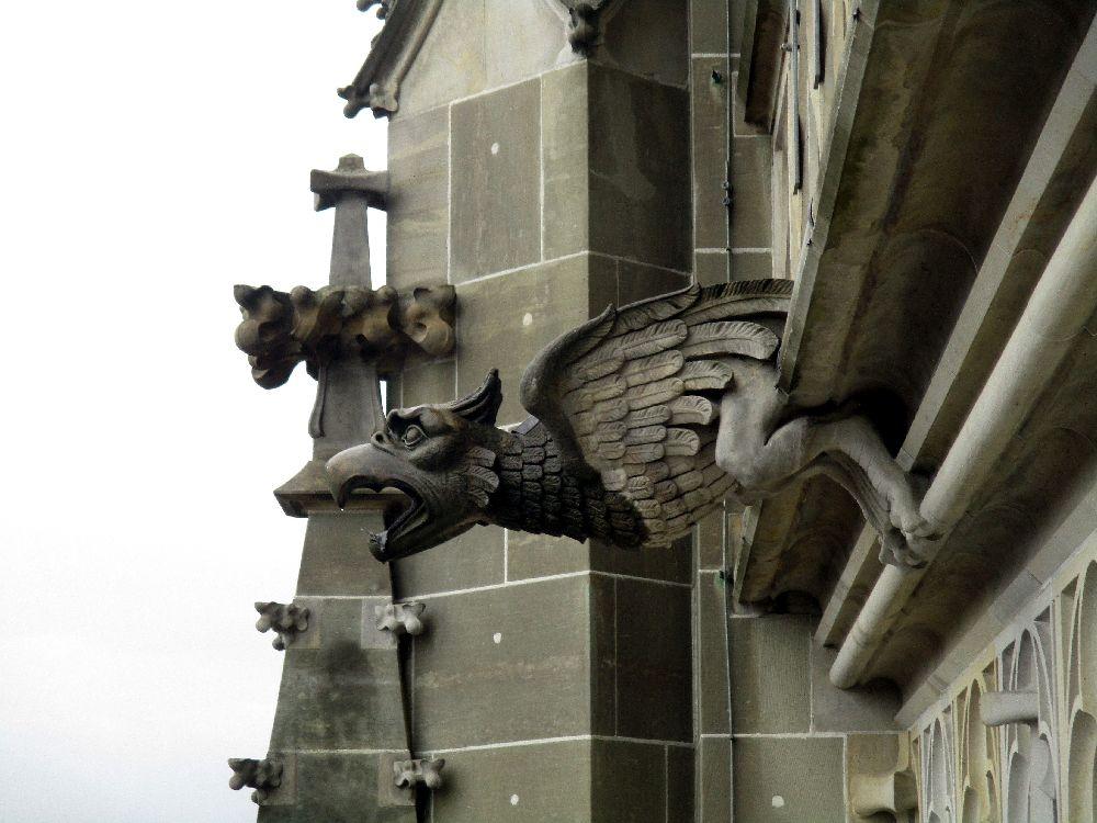 Wasserspeier in form eines Geier oder Eulenartigen Vogels. Der Wasserspeier gehört zu der Aussenmauer des Berner Münsters.