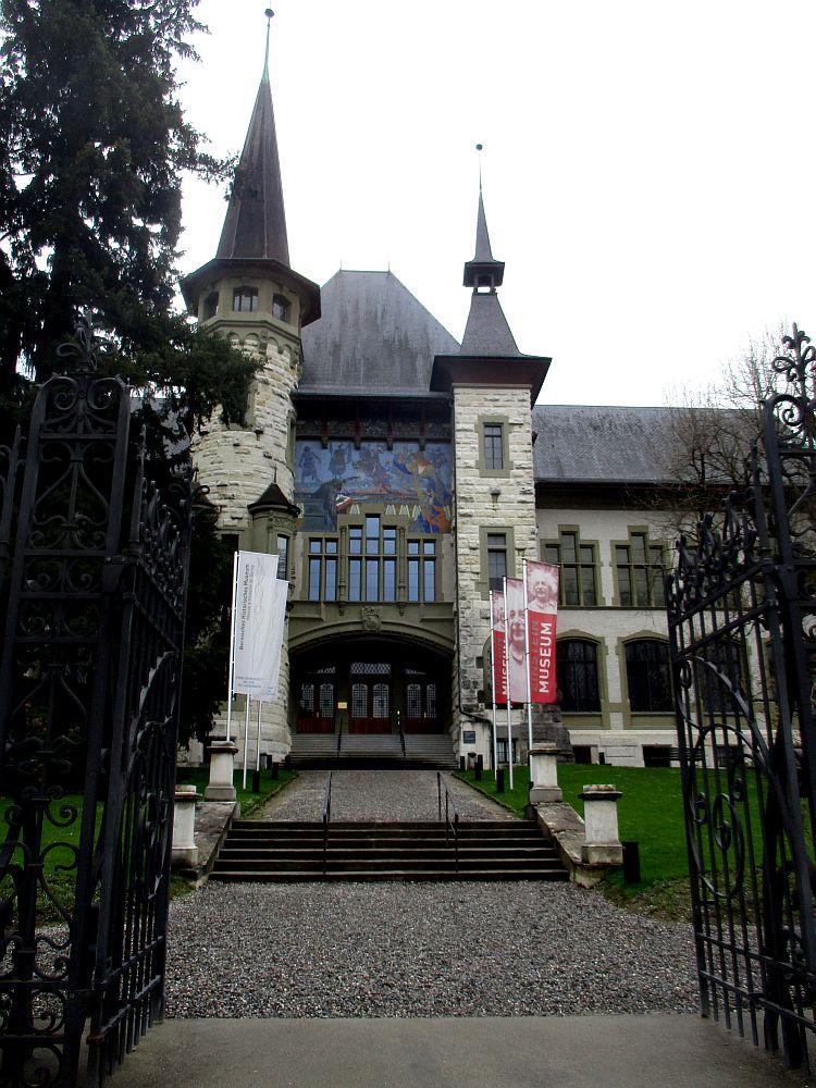 Das Bernische Histiorische Musem. ein Historiesierender Bau aus den zwanziger Jahren. Eine Villa mit zwei Türmen. und einem Blauen Mosaik.