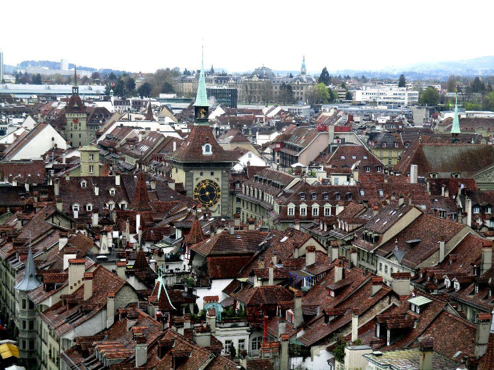 Das Berner Dächermeer vom Münsterturm aus fotografiert. In der Mitte der rot gedeckten Dächer prangt die Zytglogge.