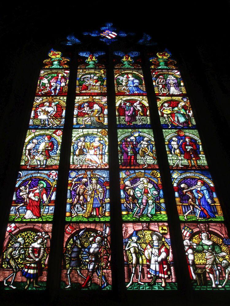 Buntglasfenster aus dem Münster von Bern. Es zeigt einen Totentanz.