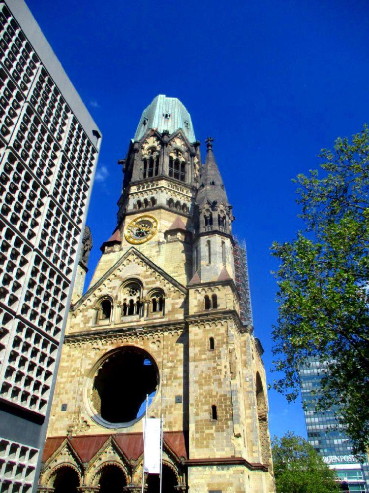 Eine Nachaufnahme der Berliner Gedächtniskirche. Deutlich zu sehen ist ein Loch im Mauerwerk. Hier wurde im zweiten Weltkrieg ein Fenster des Gebäudes zerstörrt.