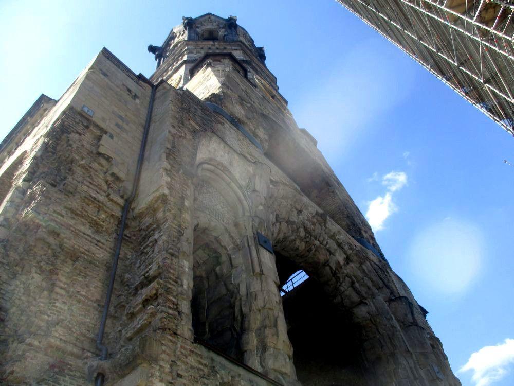 Die Gedächtniskirche in Berlin. Zu sehen ist die Seite des Turmes auf dem einmal der rest der Kirche angebaut war. Dad Gebäude ist quasi an dieser stelle abgerissen, und alte Durchgänge klappen wie offene Wunden ins freie.