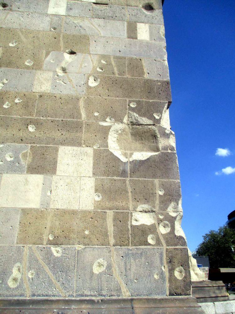 Einschusslöcher an der Mauer der Kaiserwilhelm Gedächtnisskirche. Die Einschusslöcher stammen aus dem zweiten Weltkrieg.