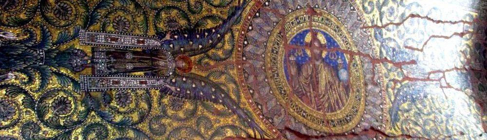 Deckenmosaik der Kaiser Wilhelm Gedächtniskirche in Berlin. Das Mosaik ist golden und zeigt zwei Engel die einen jesus Rahmen. Das Mosaik ist Beschädiegt und hat große rot ausgemalte Risse.