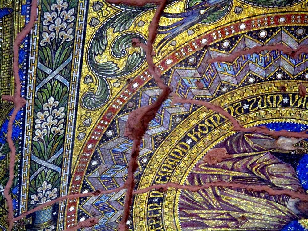 Tiefe Risse, die rote ausgemalt sind in einem floralen Mosaik.