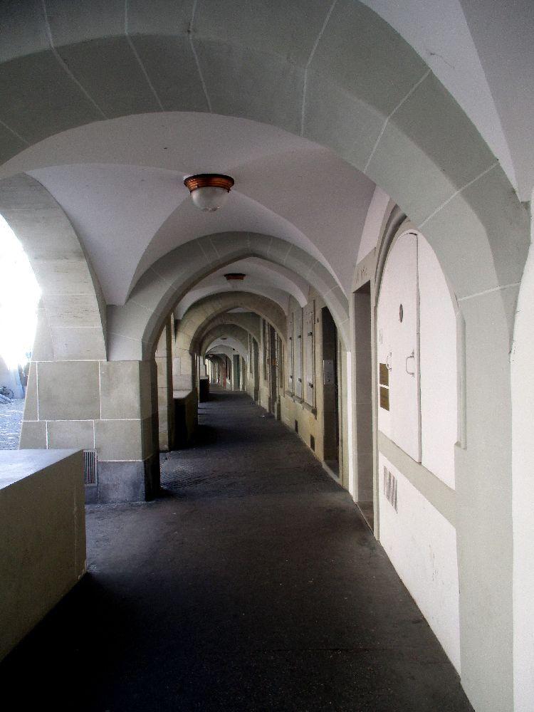 Ein Laubengang, auch Akkarde genannt, in Bern. Es handelt sich um einen Fuswerk welcher überdacht ist und mit Rundbögen zur Strasse hin Abgetrennt. Der Laubengang ist sehr lang, das Ende ist nicht zu sehen, so lang.