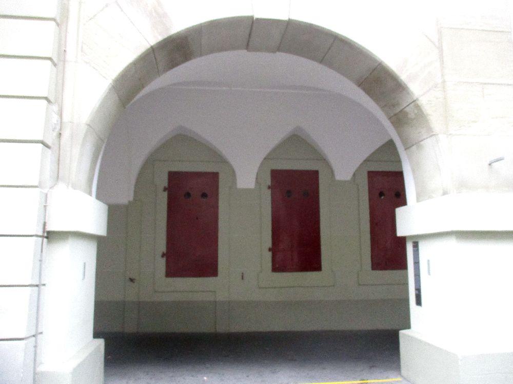 Die Akkarde in Bern, die zu der alten Post gehört. Im Hintergrund sind die Roten Schalterfenster zu sehen.