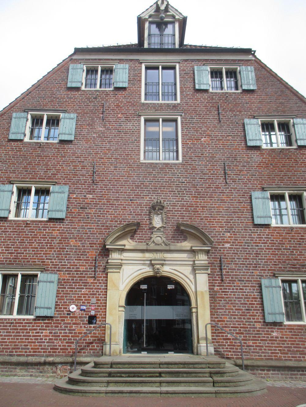 Der Hauoteingang des Schwedenspeichermuseums in Stade. Es handelt sich um einen Altbau, ein Klinkergebäude mit 4 Geschossen.