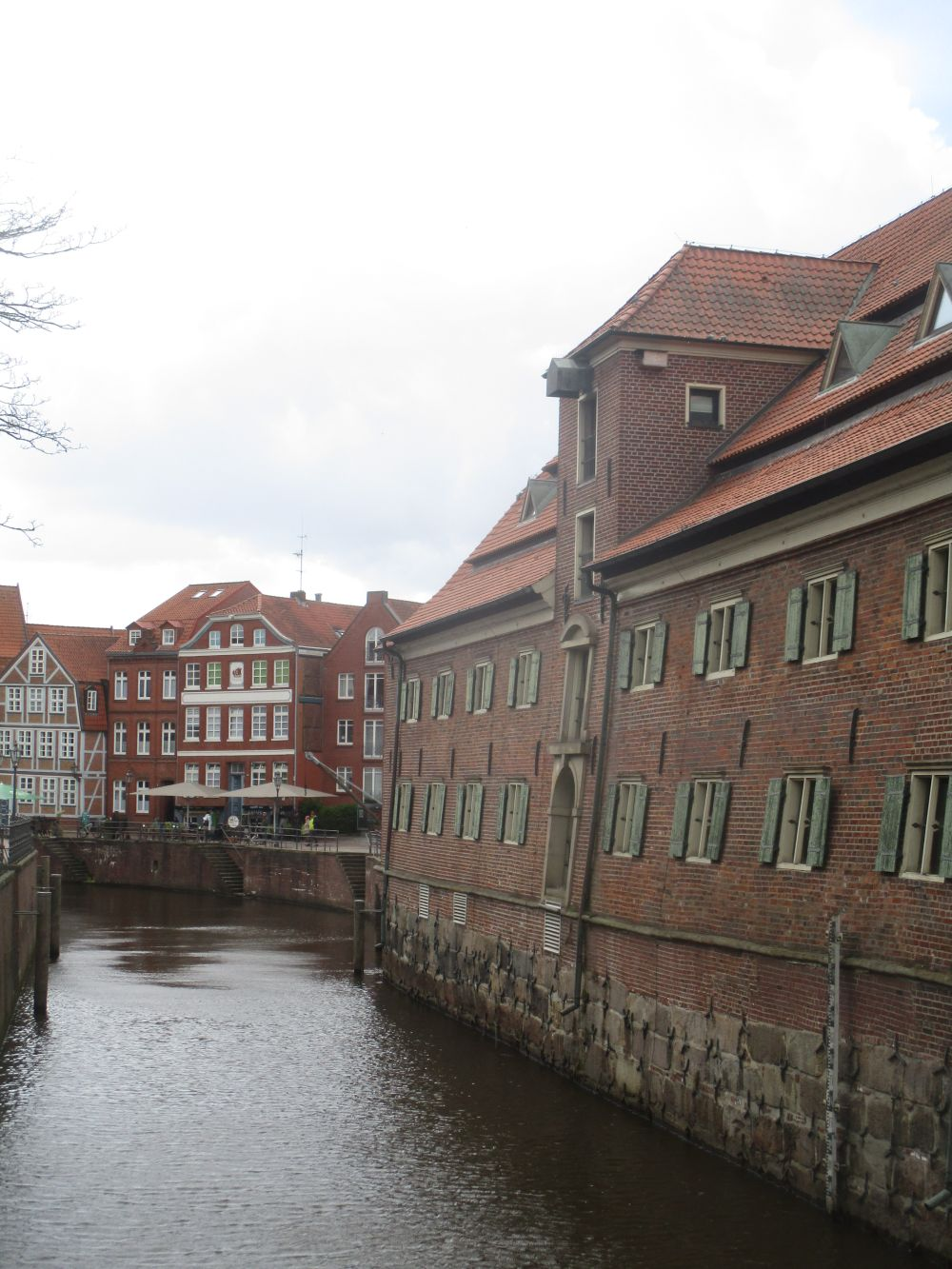 Das Schwedenspeichermuseum in Stade vom Hafenbecken aus gesehen. Das alte Speichergebäude steht direkt am Hafenbecken.