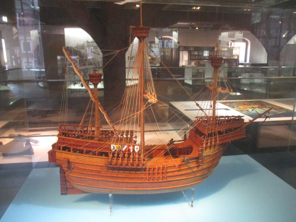 Ein Modell einer Hansekogge aus Holz.