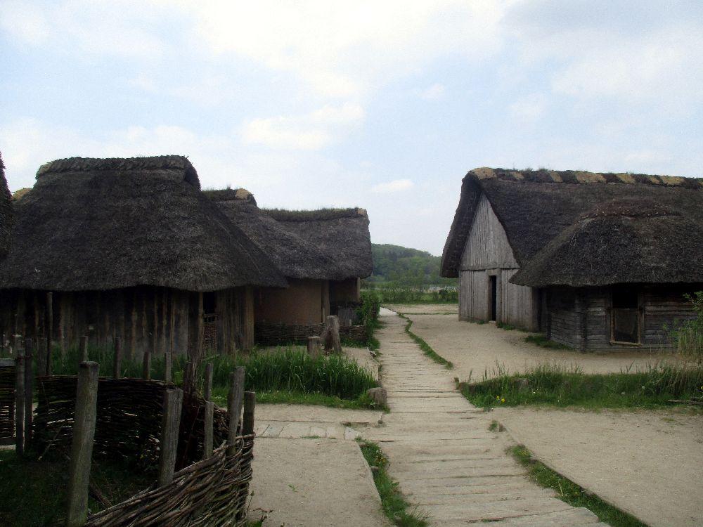 Ein Weg in dem Wikingerdorf Haithabu. Ein Bohlenweg führt zwischen kleinen Wegen hindurch