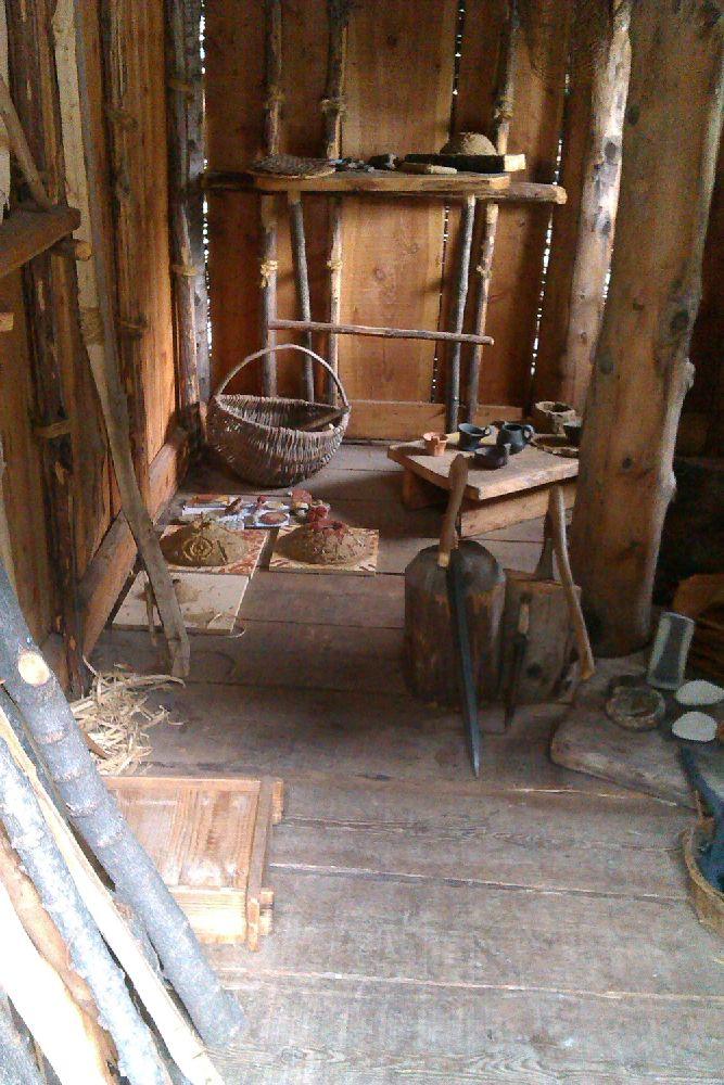Ein Pfahlbauhaus am Ledrosee in der Rekonstruktion, Es ist ausgetattet mit allerlei Gegenständen.