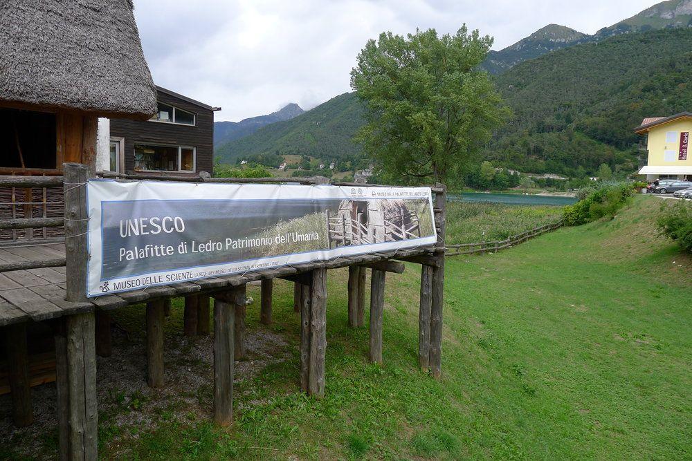 Ein Banner der UNESCO welche des Museum an Ledrosee als UNESCO-Weltkulturerbe auszeichnet.