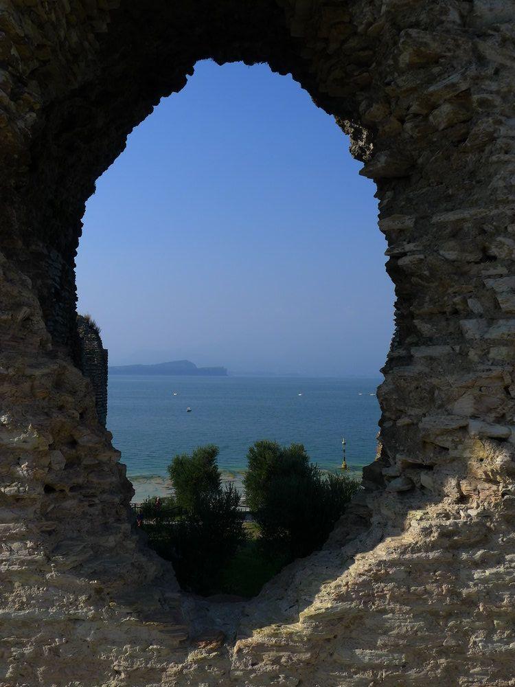 Ein Loch in der Mauer, das den Blick auf den Garadase frei gibt,