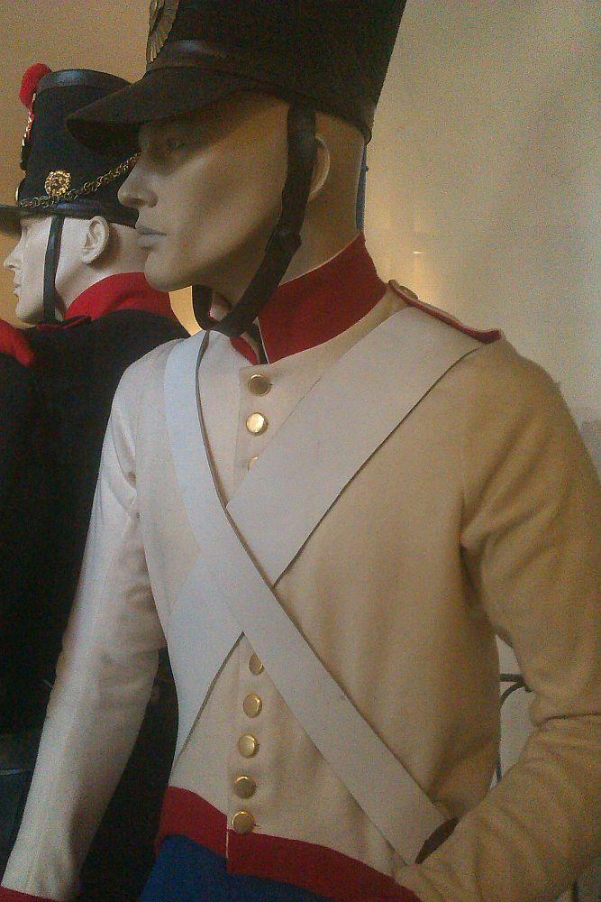 Schaufensterpuppen die in Uniformen gekleidt sind. Es handelt sich um neuzitlich Uniformen.