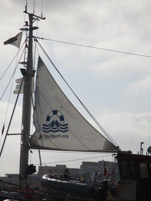 Das Segel der Sea Watch 1. Es zeigt das Symbol der Organisation.