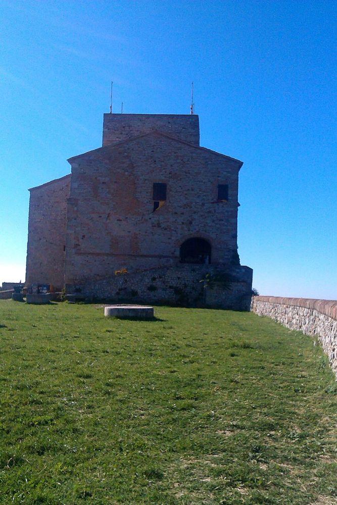 Der Burginnenhof mit seiner grünen wiese. Im Hintergrund das Haupthaus der Burg. Es ist aus Grauenstein gebaut, der mit roten Ziegeln durchsetzt ist.