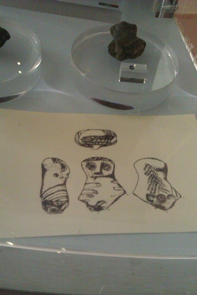 Fundstück aus der zeit der Etrusker im Museo Civico in Verucchio. Das Artefakt ist ein Stück abgebrochene Keramik.