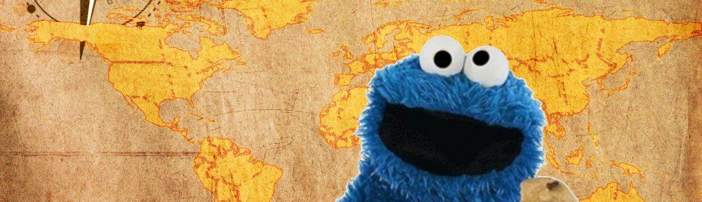 Eine Weltkarte vor der Krümelmonster sitzt