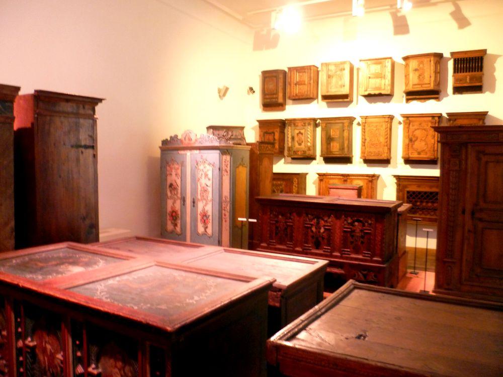 Ein Raum mit weissen Wänden, der vollgestellt ist mit Schränken