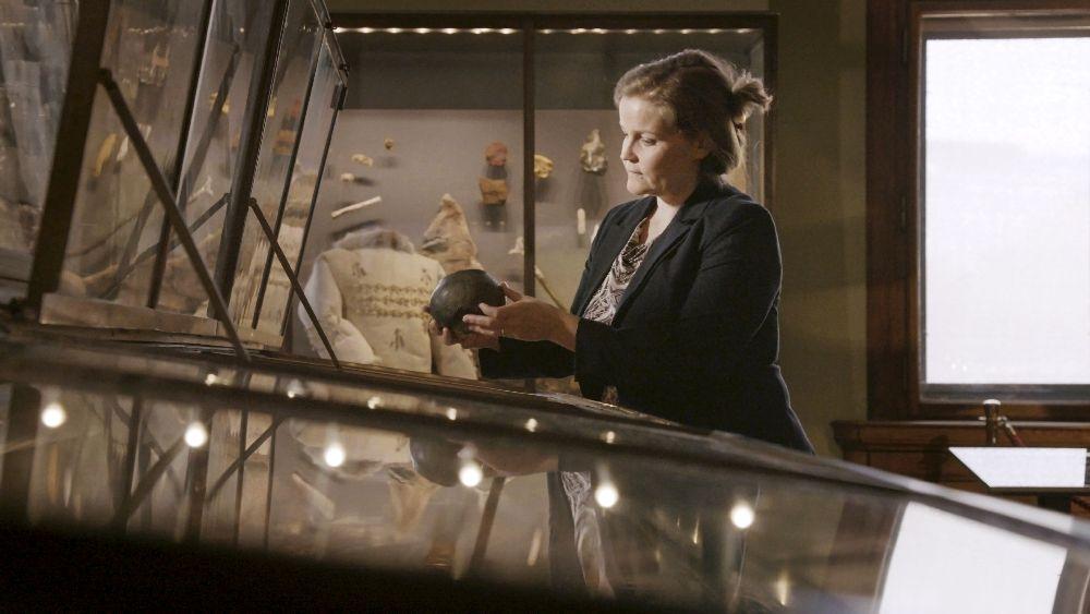 Ein Foto von Katharina Rebay Salisbury, die ine Keramik in der Hand hält.