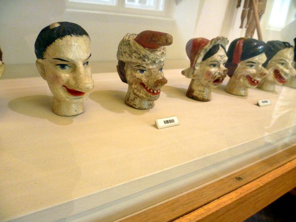 Eine ganze Reihe mit Puppenköpfen