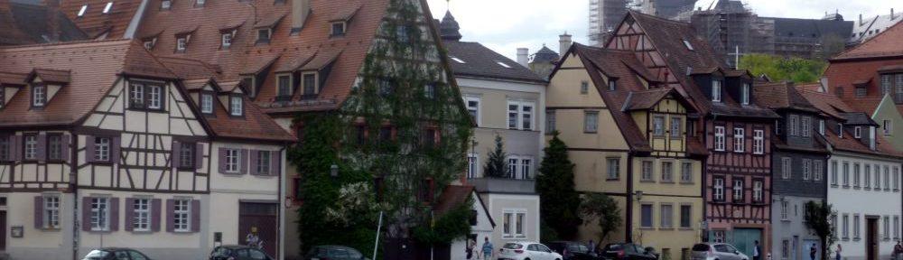 Alte Gebäude an der Pegnitz in Bamberg. Eine Stadtansicht von der Wasserseite.