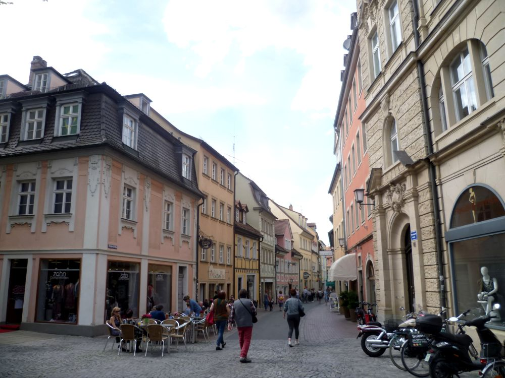 Blick in eine Gasse in Bamberg mit vielen bunten Häusern.