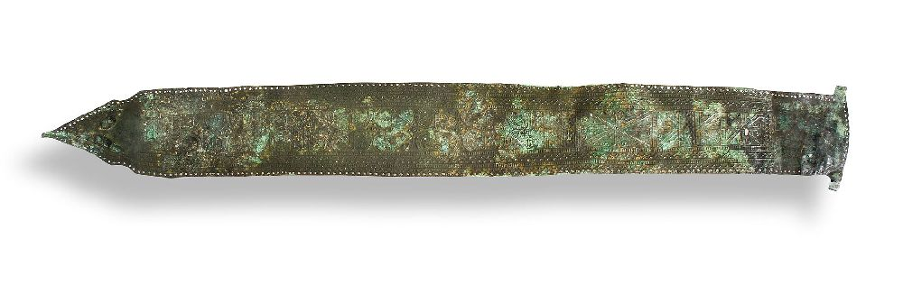 Ein Gürtelbech aus grün angelaufener Bronze.