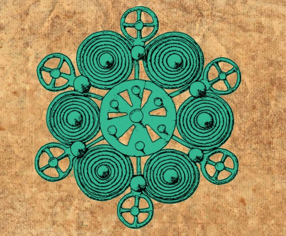 Eine Zeichnung einer aufwändig gearbeiteten Sechpassfiebel auf einem Pergament. Die Fiebel besteht aus einem Mittleren Rad mit sechs Speichen, an denen jeweils eine Spirale und eine Radnadel angedockt ist.