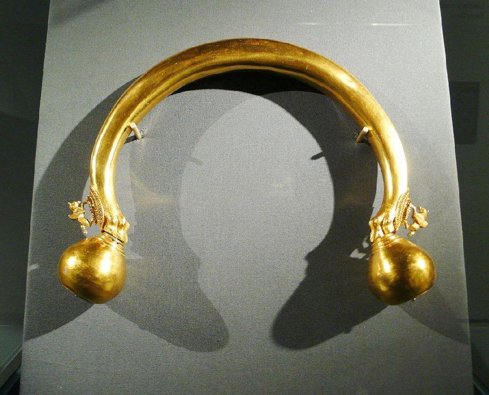 Der goldene Torques der Prinzessin von Vix. Er hat zwei Knaufenden, die mit kugeln versehen sind.