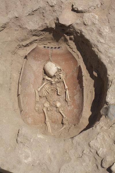 Ein Skelett eines Kindes liegt in einer Keramik