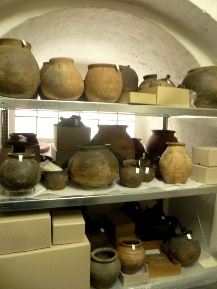 Die Funde die geröngt werden sollen, stammen aus diesen Urnen.