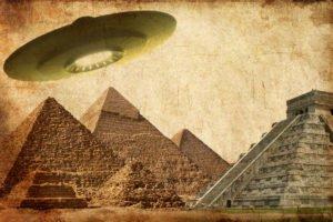 Wandelnde Mumie steuert mit Nazis besetztes Ufo durch die Zeiten