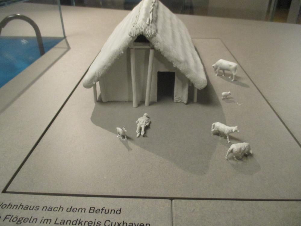 Ein 3D Modell aus Plastik ganz in weiß. Es zeigt eine rkonsturktion des Hauses von Flögeln.
