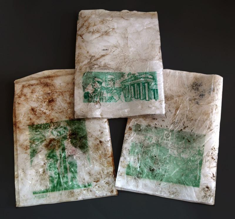 Verwitterte Brötchentüten die grün beruckt sind