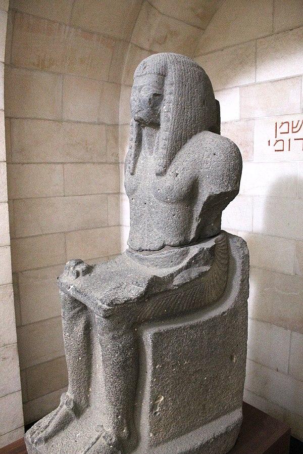 Sitzende Statue Ramses III aus dem Rockefellermuseum. Das Gesicht der Statue ist Beschädogt, Ausserdem sind die Arme Abgebrochen. Die Statue ist Grau