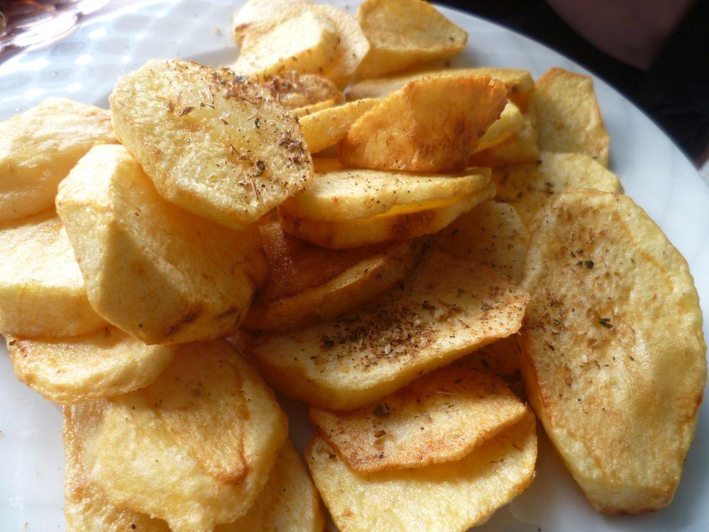 Ein Teller voll mit handgemachten Bratkartoffeln