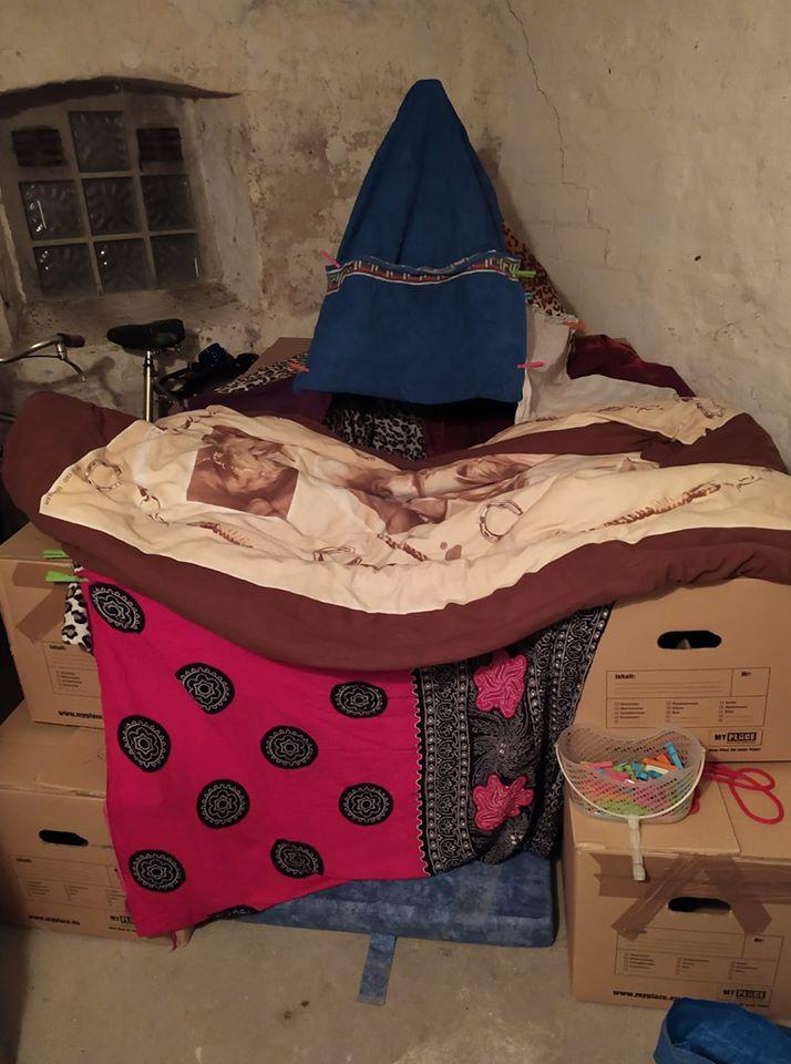 Eine seltsame konsturcktion aus Decken und Umzugskartons