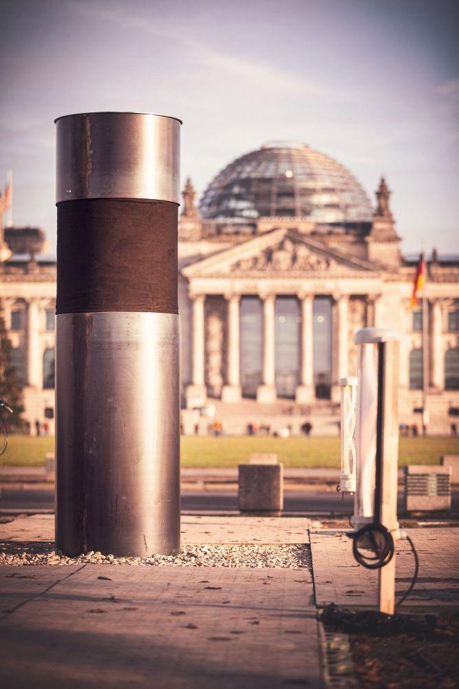 Metallsäule vor dem Bundestagsgebäude. Die Säule staht af dem Platz für dem Reichsatg. Sie ist zu teilen mit einerm schwarzen Stoff verhüllt.