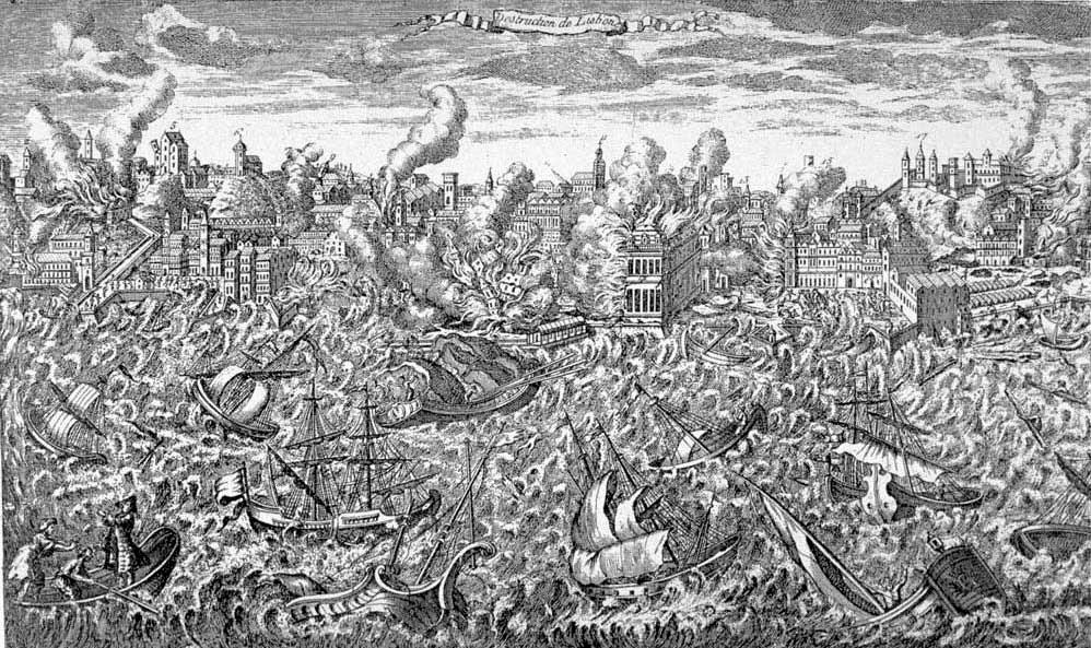 Ein Schwarz weises Bild, Im Vordergrund sind wilde Wellen in einem Hafenbecken zu sehen, in dem Schiffe sind, die Wild umher schaukeln. Im Hintergrund ist eine Stadt zu sehen, die in Flammen steht. Es handelt sich um Lissabon beim Erdbeben von 1755