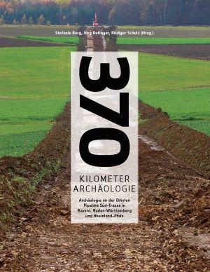 Das Buchcover von 370 Km Archäologie. Eine grüne Landschaft wird gezeicht, durch die ein unendlich langer Schnitt gelegt ist, dessen Ende nicht zu erkennen ist.