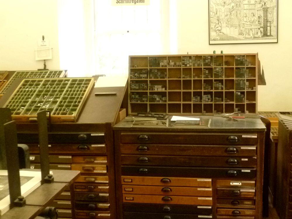 Zwei Setzkästen von Handsetzern, angefüllt mit Buchstaben aus Blei.