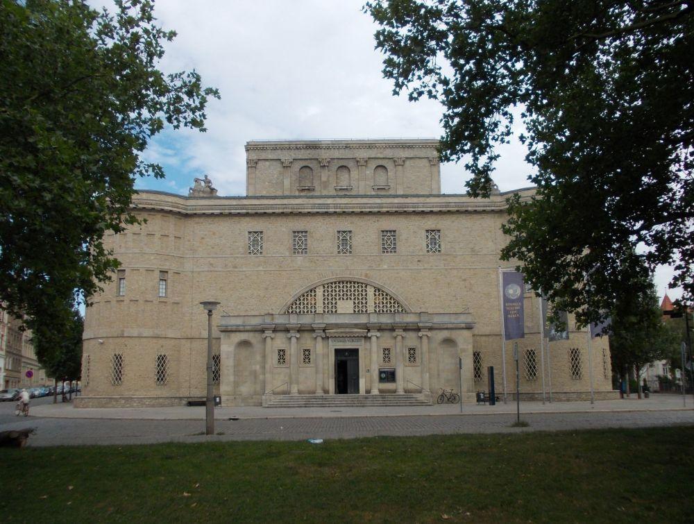 Die Vorderfrot des Museums für Vorgeschichte in Halle, Saale. Eine Geschwungene Backsteinfassade mit zwei Turmartiegen auswölbungen links und rechts. Ein historisierender Bau der 20ger Jahre.
