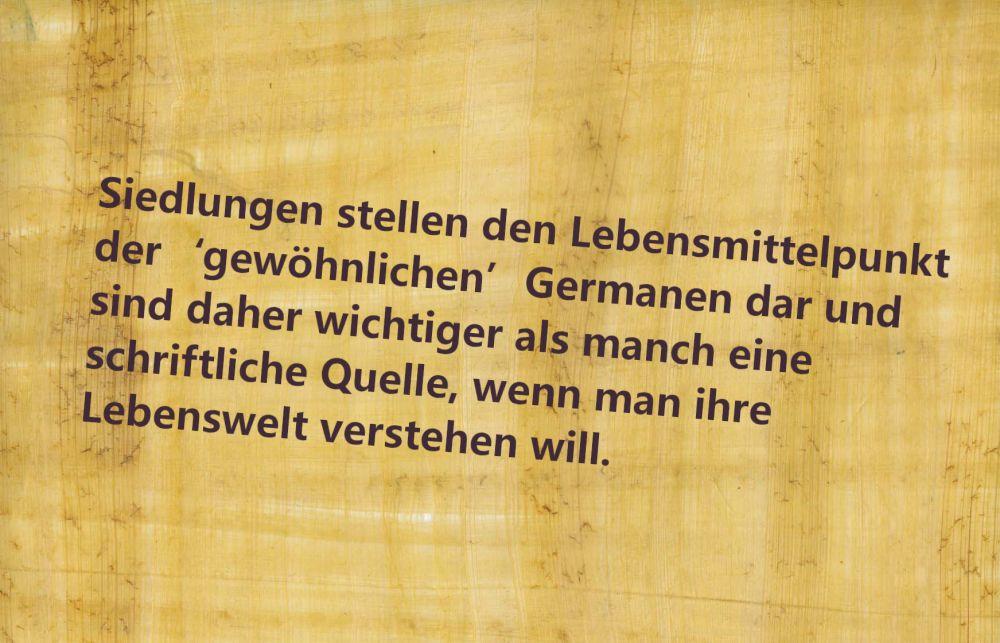 Papyrus, Beschriftet mit: Siedlungen stellen den Lebensmittelpunkt der ´gewöhnlichen´ Germanen dar und sind daher wichtiger als manch eine schriftliche Quelle, wenn man ihre Lebenswelt verstehen will.