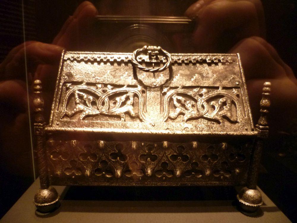 Ein Kstchen mit einem dachförmiegen Deckel aus dem 14. Jahrhundert. Das Eisenkästchen Hat viele Fein Gearbeitete Zierelemente an allen Bauteilen. Es steht auf kleinen runden Füsschen.