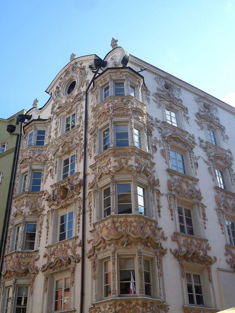 Das Helblinghaus von der Ecke aus gesehen. Das Gebäude hat zwei Erker und ist stark mit Stuck verziehrt.