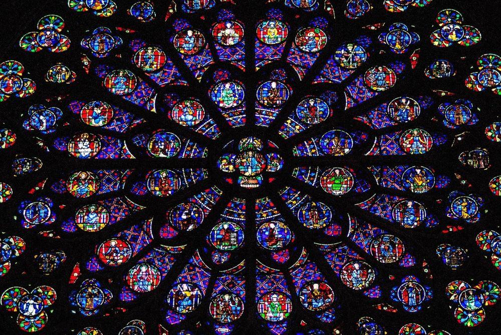 In der Hauptsache blau-violettes Fenster, dass in einer kreisförmigen Sturcktur angelegt ist, und von daher an ein Madala erinnert. Es ist mit einer vielzahl christlicher Motive verziehrt.