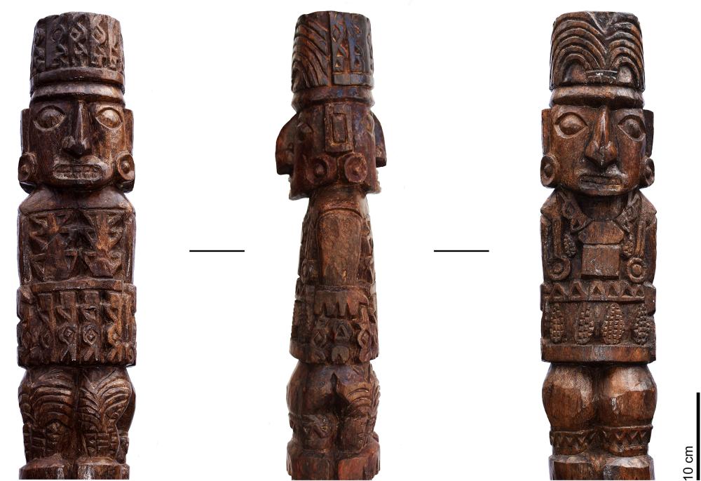 Eine Holzfigur, geschnitzt, sie hat vorne und hinten je zwei vollständiege Körper und ist in etwa einen halben Meter hoch.