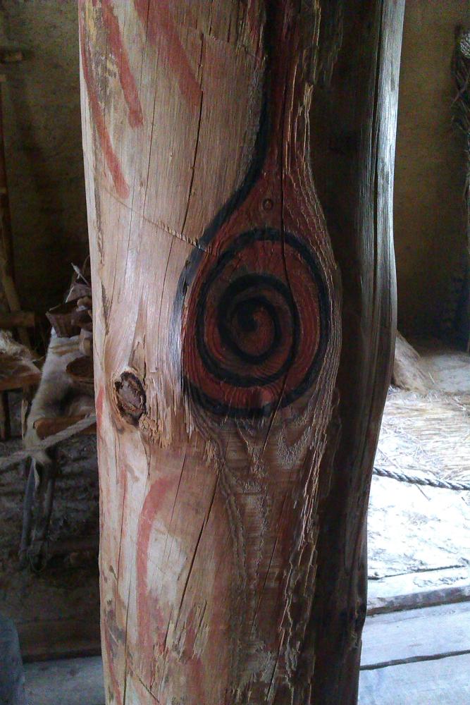 Ein Rotschwarzer Kringel ist auf einen Balken gemalt
